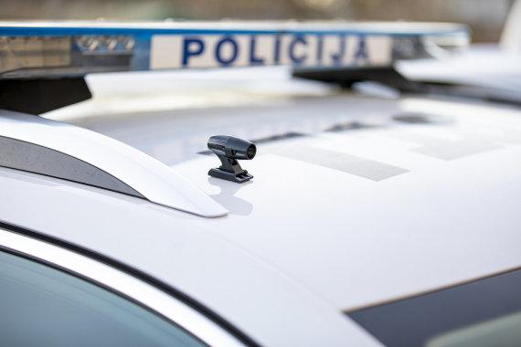 Klaipėdos apskrities VPK nuotr./Nedidelis, mini kamerą primenantis švilpukas, tvirtinamas automobilio išorėje.