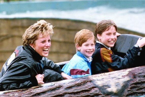 """""""Scanpix"""" nuotr./Princesė Diana su sūnumis Williamu ir Harry"""