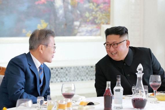 "AFP/""Scanpix"" nuotr./Moon Jae-inas ir Kim Jong Unas"