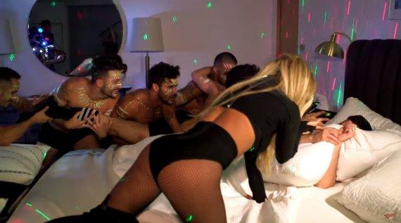 Video kadras/Britney Spears vidury nakties prikėlė miegantį Jimmy Kimmelį ir surengė privatų šou su šokėjais