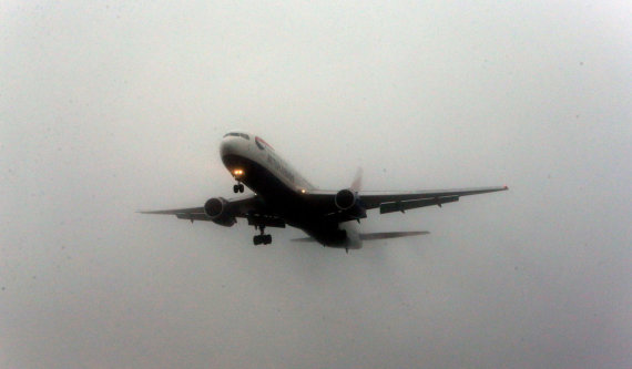 """Scanpix""/""PA Wire""/""Press Association Images"" nuotr./Lėktuvas rūke. Asociatyvi nuotr."