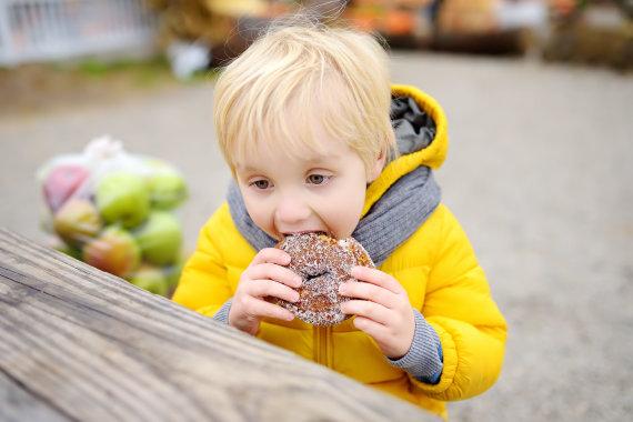 123RF.com nuotr./Vaikas valgo spurgą