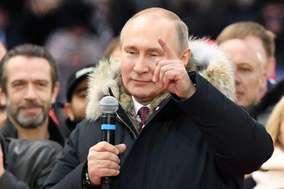 """AFP/""""Scanpix"""" nuotr./V.Putinas kreipėsi į dešimtis tūkstančių gerbėjų Maskvos Lužnikų stadione"""