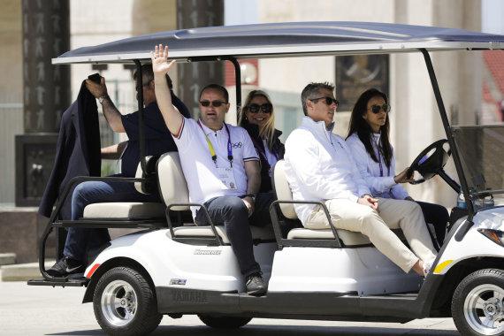 """""""Scanpix""""/AP nuotr./Patrickas Baumannas (moja ranka) apžiūrėjo Los Andželą"""