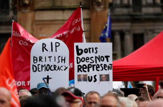 """""""Reuters""""/""""Scanpix"""" nuotr./Didžiosios Britanijos gatves užplūdo protestuotojai"""