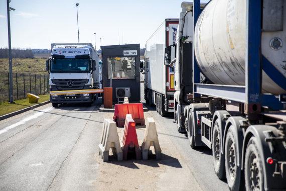 Luko Balandžio / 15min nuotr./Sunkvežimiai prie Medininkų pasienio posto laukia leidimo įvažiuoti į Baltarusiją