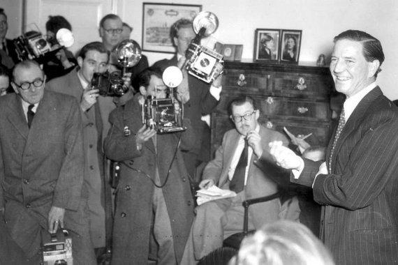 1955 metais Londone Kimas Philby atsakinėjo į žurnalistų klausimus