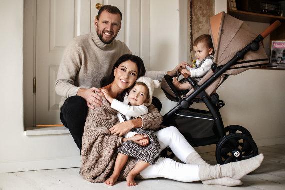 Karolinos Funkienės nuotr./Julija ir Laurynas Žižiai su dukromis Lėja ir Otilija