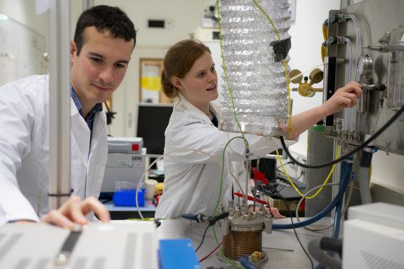 EKA nuotr./Europos kosmoso agentūros mokslininkai iš regolito gamina deguonį