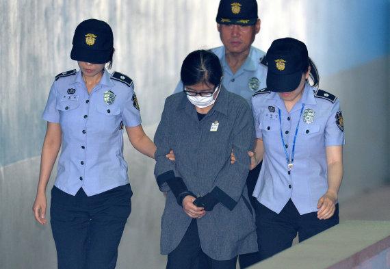 """""""Reuters""""/""""Scanpix"""" nuotr./Choi Soon-sil atvedama į teismą"""