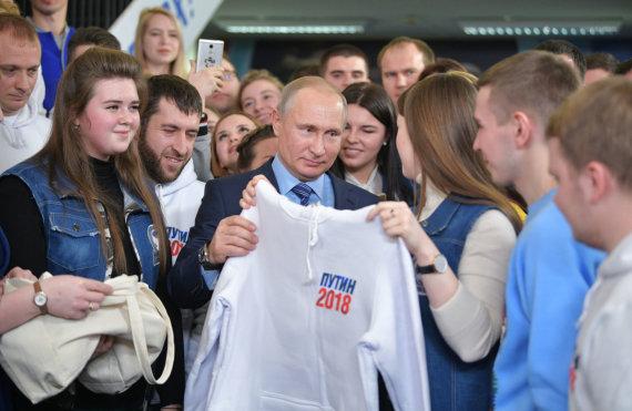 """""""Sputnik"""" nuotr./Vladimiras Putinas su jaunaisiais rėmėjais"""