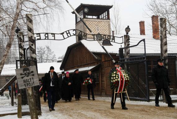 """""""Reuters""""/""""Scanpix"""" nuotr./Aušvice išgyvenę žmonės pagerbia Holokausto aukas"""