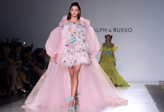 """AFP/""""Scanpix"""" nuotr./""""Ralph&Russo"""" 2020 m. pavasario ir vasaros kolekcijos modelis"""