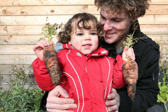 Vida Press nuotr./Tėtis, vaikas ir morkos