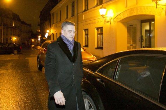 Irmanto Gelūno / 15min nuotr./Andrius Janukonis išeina iš namo, kuriame gyvena Artūras Zuokas.