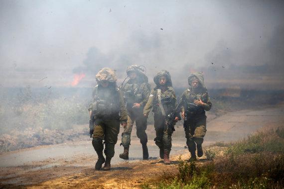 """""""Reuters""""/""""Scanpix"""" nuotr./Izraelio kariai prie sienos su Gazos Ruožu"""