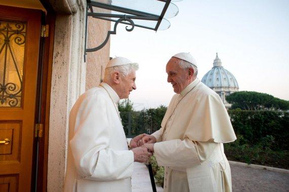 """AFP/""""Scanpix"""" nuotr./Popiežius Pranciškus ir Benediktas XVI"""