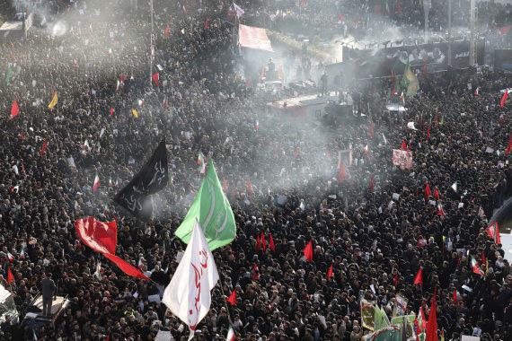 """AFP/""""Scanpix"""" nuotr./Teherano gatves užplūdo minios dėl generolo Q.Soleimani žūties liūdinčių žmonių"""