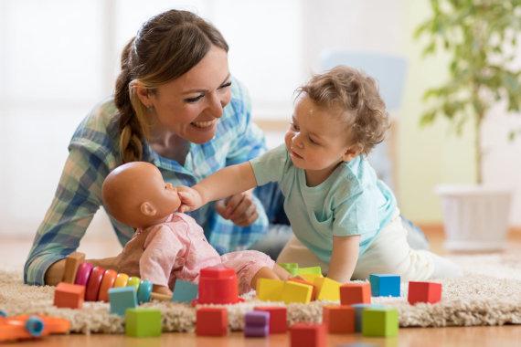 123RF.com nuotr./Vaikas žaidžia su lėlyte