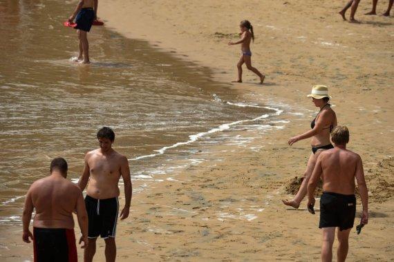 """AFP/""""Scanpix"""" nuotr./Dumbliais užterštas paplūdimys Kanarų salose"""