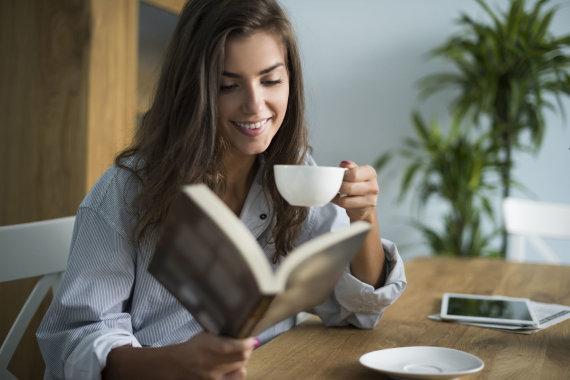 123RF.com nuotr./Mergina geria kavą ir skaito knygą