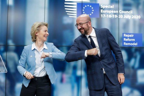 """AFP/""""Scanpix"""" nuotr./ Europos Komisijos prezidentė Ursula von der Leyen ir Europos Vadovų Tarybos prezidentas Charlesas Michelis"""