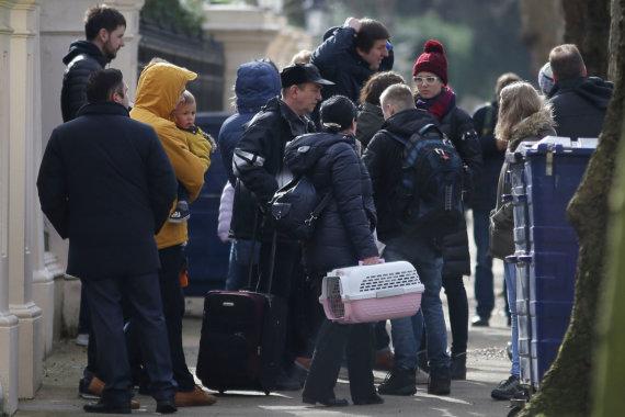 """AFP/""""Scanpix"""" nuotr./Išsiųsti rusų diplomatai palieka ambasadą Londone"""