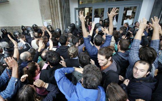 """AFP/""""Scanpix"""" nuotr./Riaušių policija neleidžia katalonams balsuoti."""