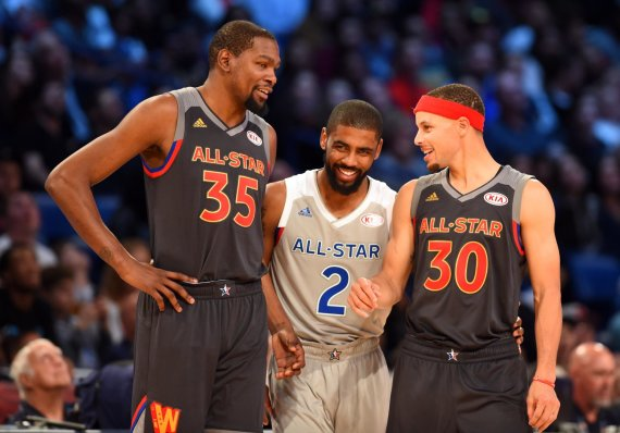 """""""Scanpix""""/AP nuotr./2017 m. Žvaigždių rungtynės: Kevinas Durantas, Kyrie Irvingas ir Stephenas Curry"""