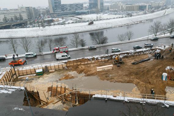 Vilniaus miesto savivaldybės nuotr./Upės gatvėje atsivėrusi smegduobė