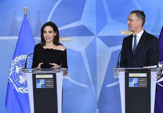 """""""Scanpix"""" nuotr./Angelina Jolie ir Jensas Stoltenbergas"""