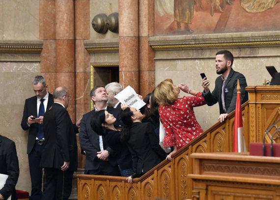 """Scanpix""/AP nuotr./Vengrijos opozicinių parlamentarų protestas"