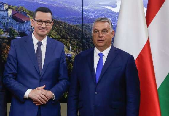 "AFP/""Scanpix"" nuotr./Mateuszas Morawieckis ir Viktoras Orbanas"