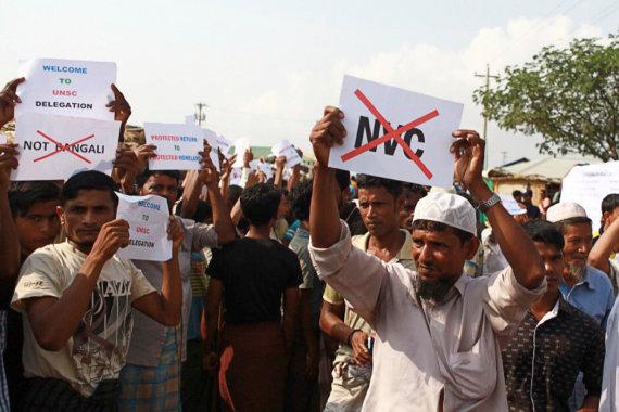 """""""Reuters""""/""""Scanpix"""" nuotr./Šimtai rohinjų surengė demonstraciją, Jungtinių Tautų Saugumo Tarybos atstovams apsilankius pabėgėlių stovykloje Bangladeše."""