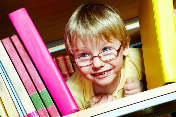 Scanpix/Panthermedia nuotr./Vaikas tarp knygų.