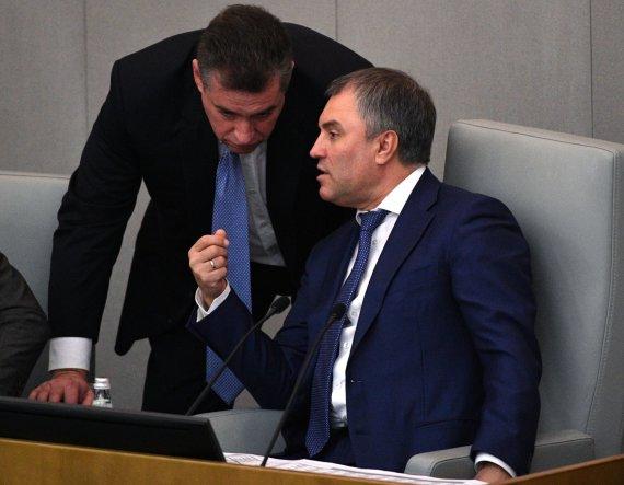 """Scanpix""/""RIA Novosti"" nuotr./Leonidas Sluckis (pasilenkęs) ir Dūmos pirmininkas Viačeslavas Volodinas"