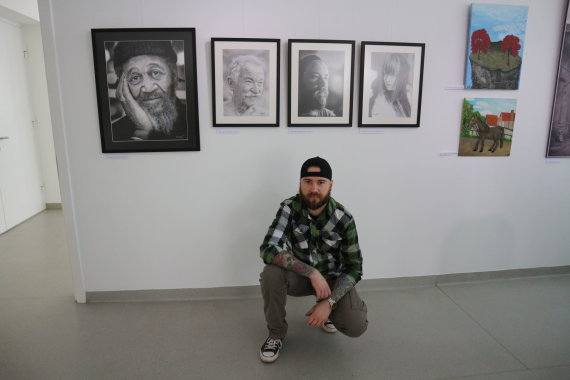 Asmeninio archyvo nuotr./Tomas Ostrauskas prie savo darbų