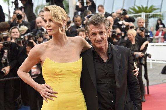 """AFP/""""Scanpix"""" nuotr./Charlize Theron ir Seanas Pennas"""