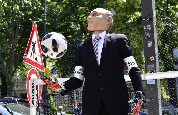 """AFP/""""Scanpix"""" nuotr./Protestas prieš pasaulio futbolo čempionatą"""