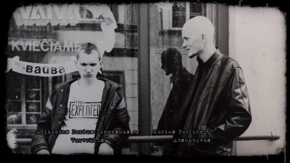 """Kadras iš filmo """"Lietuva – tai jėga""""/N.Pečiūra-Atsuktuvas ir V.Šimanskas-Varveklis 1986 m. prie kavinės """"Vaiva"""" Pilies gatvėje"""