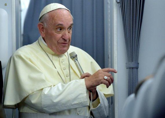 """AFP/""""Scanpix"""" nuotr./Popiežius Pranciškus kalba žurnalistams grįžtant iš apaštališkos kelionės"""