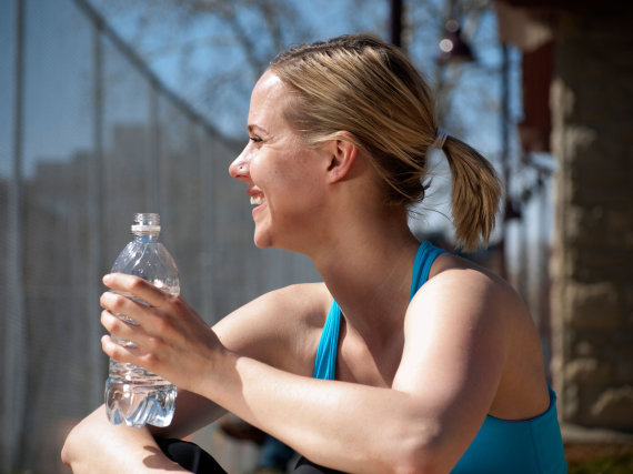 Vida Press nuotr./Moteris geria mineralinį vandenį