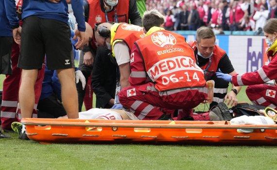"""""""Scanpix"""" nuotr./Christiano Erikseno incidentas Europos futbolo čempionato metu Kopenhagoje"""