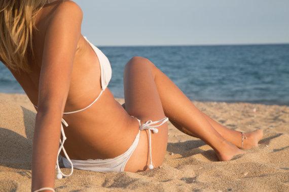 Shutterstock nuotr./Mergina paplūdimyje.