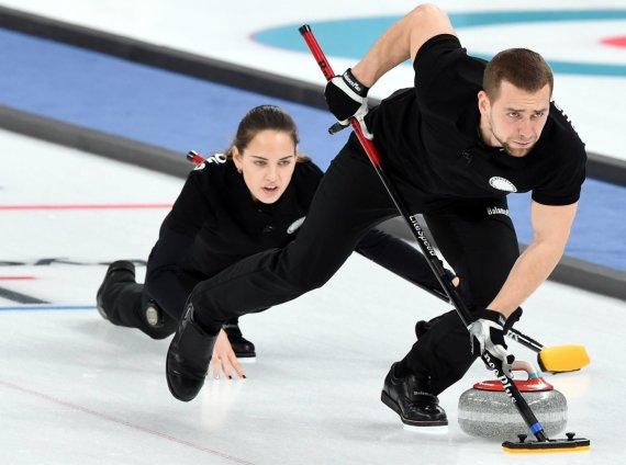 """""""Scanpix"""" nuotr./A.Krušelnickis neteko olimpinio bronzos medalio, kurį Pjongčange laimėjo su savo žmona A.Bryzgaloba kerlingo varžybose."""