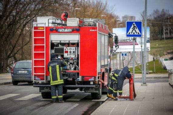 Vidmanto Balkūno / 15min nuotr./Ugniagesiai šalia hidranto