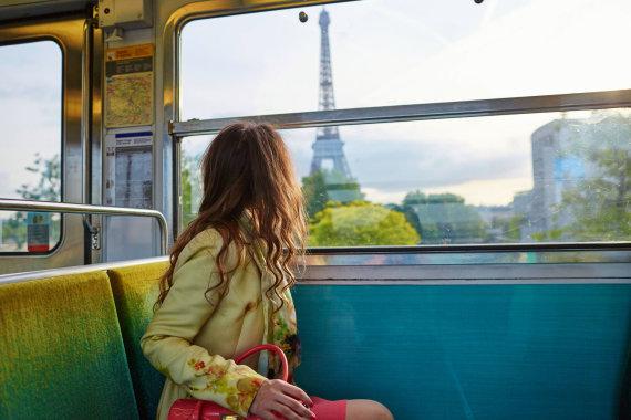 123rf.com nuotr. /Mergina traukinyje netoli Paryžiaus