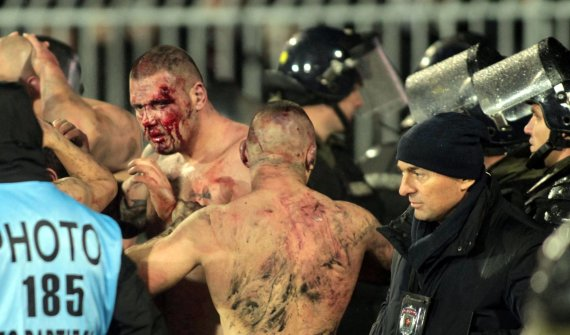"""""""Scanpix"""" nuotr./Kruvinas """"Partizan"""" ir """"Crvena zvezda"""" futbolo sirgalių susirėmimas gruodį"""