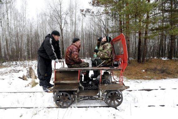 """""""Reuters""""/""""Scanpix"""" nuotr./Rusijos vyrai geria degtinę"""