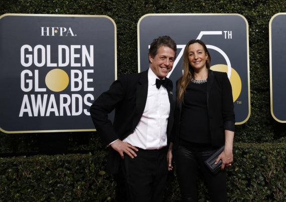 """""""Reuters""""/""""Scanpix"""" nuotr./Hugh Grantas ir nėščia Anna Eberstein šį sekmadienį """"Auksinių gaublių"""" apdovanojimuose"""